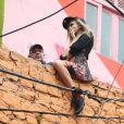 Cara Delevingne participou de um ensaio fotográfico para a grife Chanel, nesta quinta-feira (3), no morro Dona Marta, em Botafogo, Zona Sul do Rio de Janeiro. A modelo britânica se arriscou e fez poses sentada em um muro bem alto