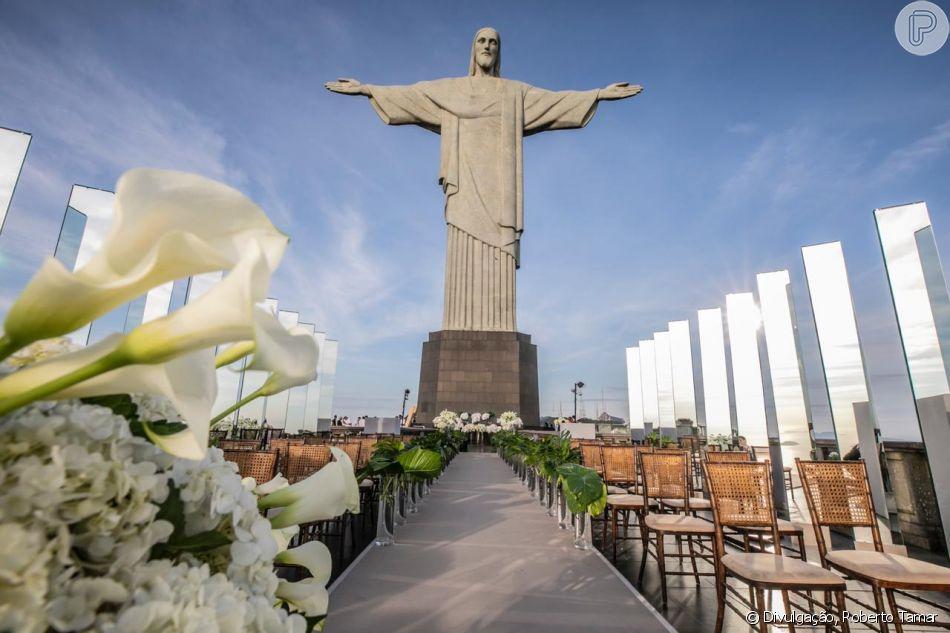 Alok e Romana Novais se casaramaos pés do Cristo Redentor, às 6h20