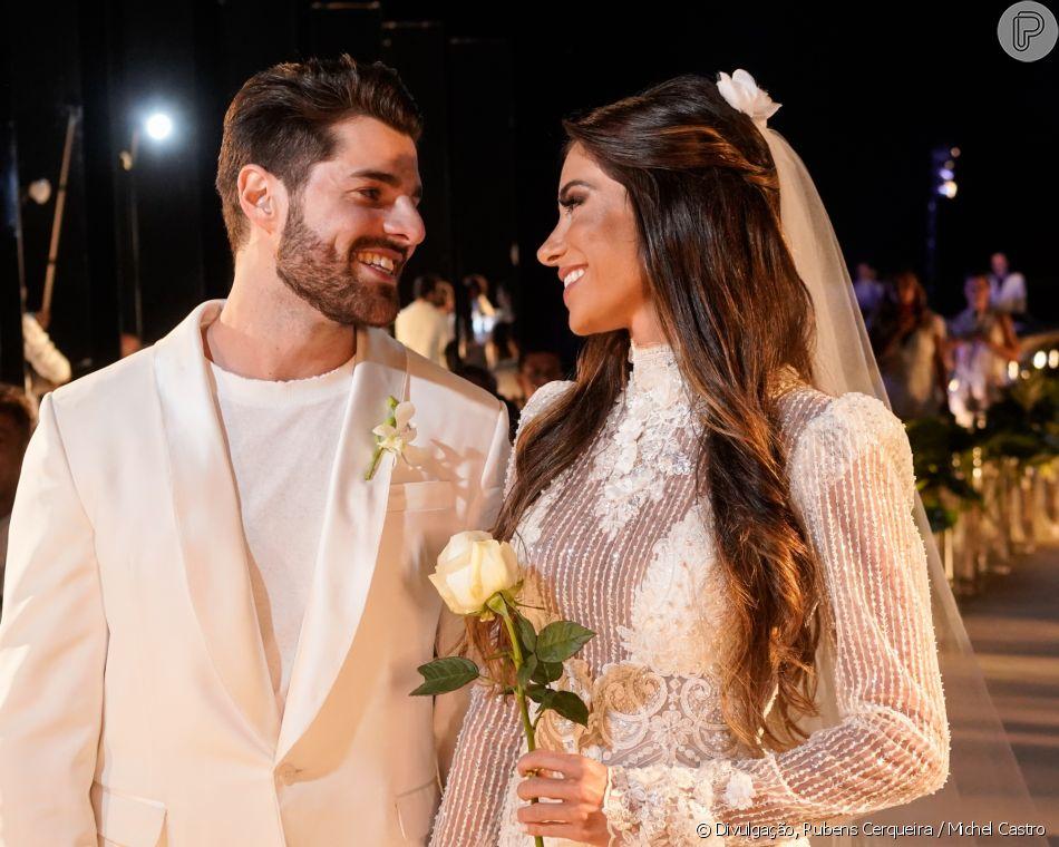DJ Alok usou uma produção total white, enquantoRomana Novais usou um vestido de noiva criado pelo estilista Samuel Cirnansck, com pegada romântica e toque contemporâneo com bordados e transparência no decote