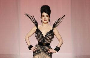 A Primavera/Verão de Jean Paul Gaultier tem Dita Von Teese e muita cor!
