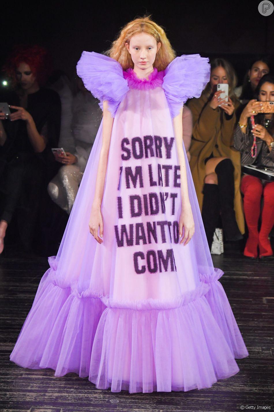 A grife Viktor & Rolf, que desfilou na Semana de Alta-Costura de Paris, apostou em frases inusitadas nos vestidos da coleção
