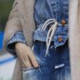 Tendências da Moda de Rua da Paris Fashion Week: amarração no conuntinho jeans