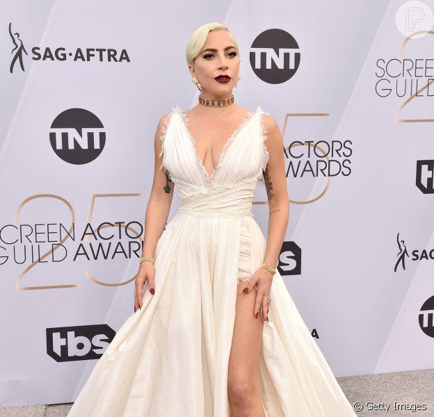 No SAG Awards 2019, Lady Gaga vestiu um longo branco com fenda profunda da grife Dior, joias Tiffany & Co e sapatos da grife Jimmy Choo
