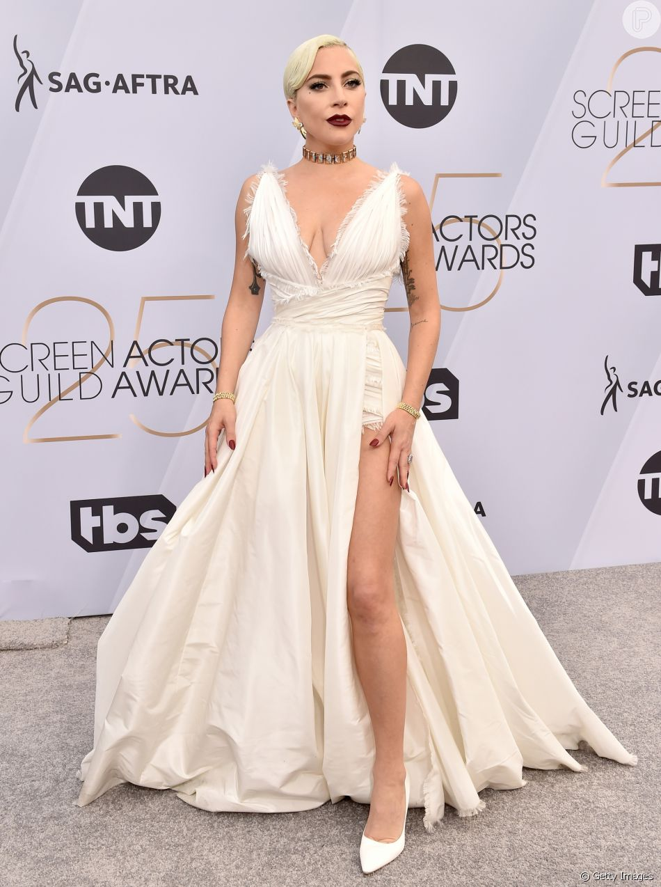 No SAG Awards 2019, Lady Gaga vestiu um longo branco com fenda profunda da grife Dior, joias Tiffany & Co e sapatos da grife Jimmy Choo