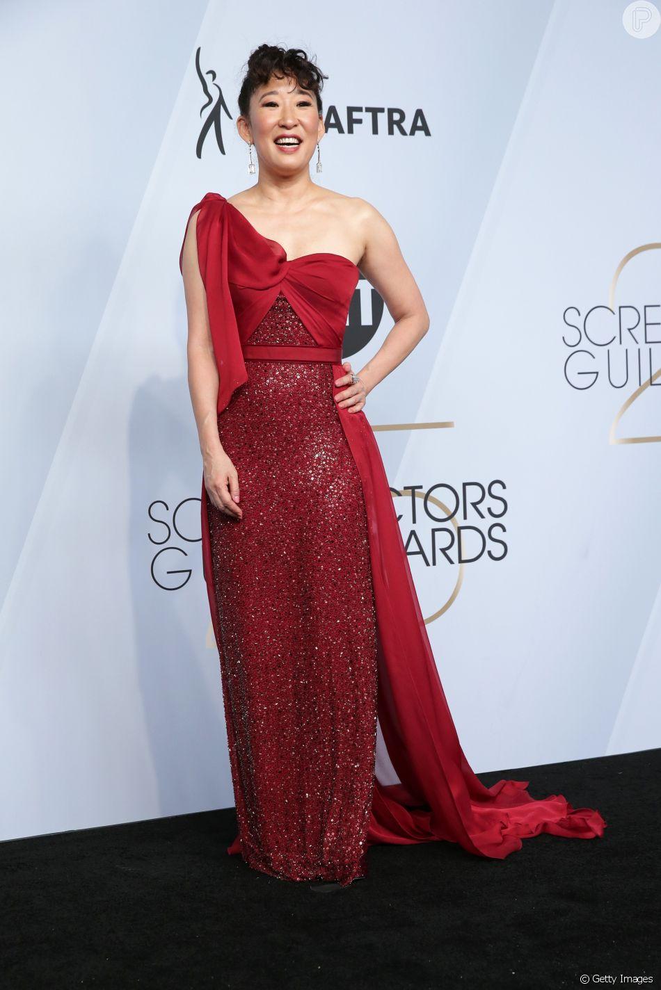 8b5a969985 Luxuosa  Sandra Oh apostou em um vestido longo vermelho de um ombro só da  grife Jenny Packham no SAG Awards 2019