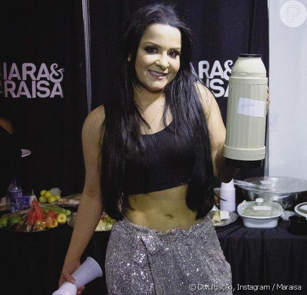 Dupla de Maiara, Maraisa usou top e calça metalizada de lurex em bastidor de show nesta sexta-feira, 1 de fevereiro de 2019
