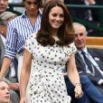 Kate Middleton usou  vestido midi de poá da designer de moda Jenny Packham