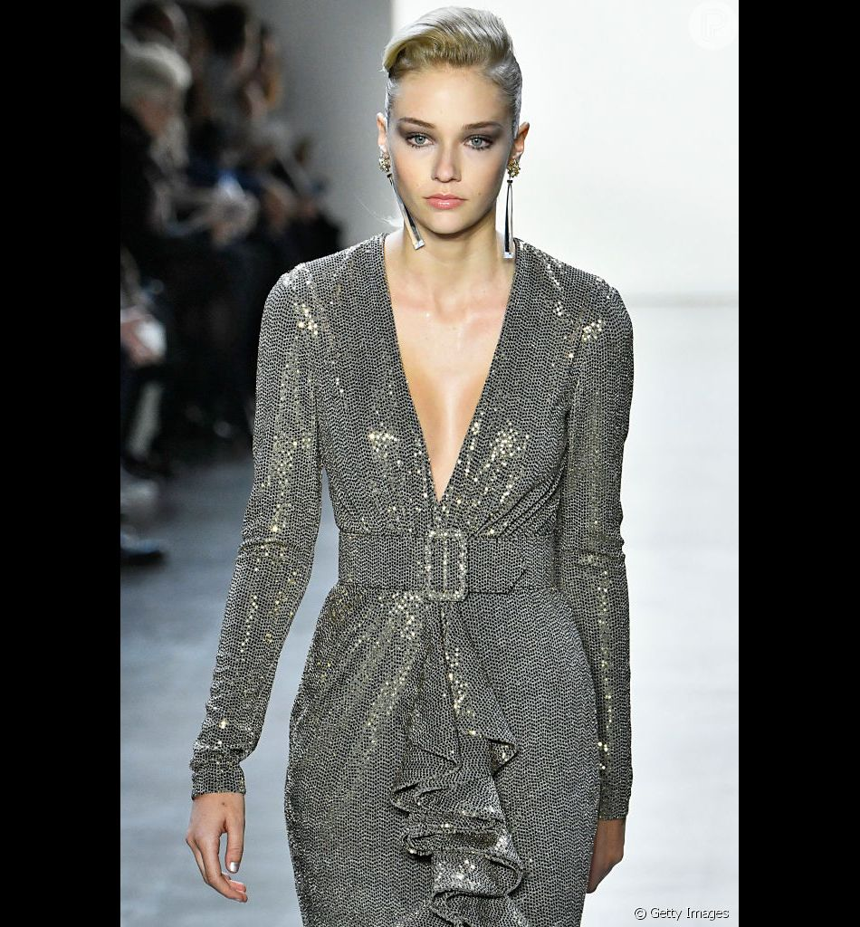 Brilho e descote no desfile de Badgley Mischka Ready to Wear Outono Inverno na Semana de Moda de Nova York.