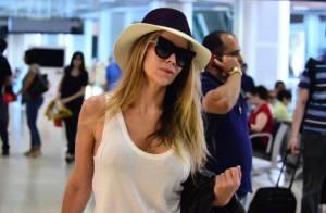 Danielle Winits embarca estilosa com look preto e branco em aeroporto do Rio