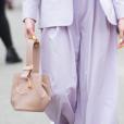 Detalhes do look: detalhes da bolsa com aplicação e unhas pintadas de amarelo