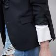 Detalhes do look: saia jeans destroyed em oposição ao combo camisa + blazer