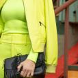 Detalhes do look: a bolsa preta em contraste com o neon