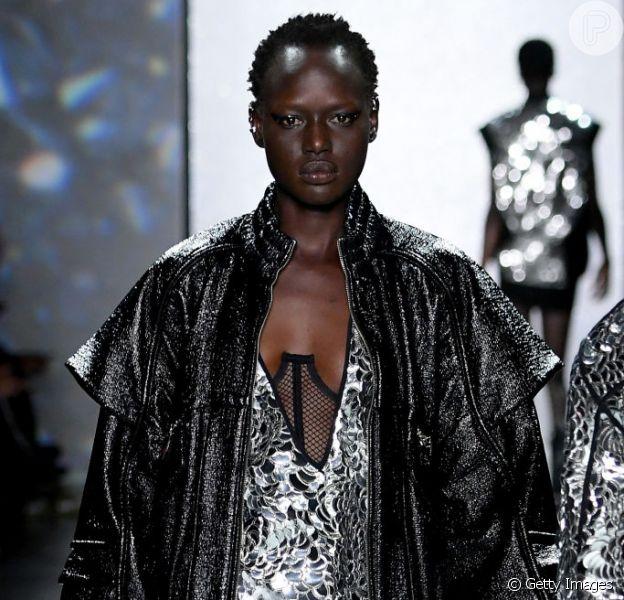 Destaques da Semana de Moda de Nova York: metalizado, brilho, bermuda ciclista e lingerie à mostra! Mix de tendências no desfile da brasileira Rosa Chá