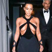 Sensual! Kim Kardashian usa vestido vintage com superdecote. Saiba os detalhes!