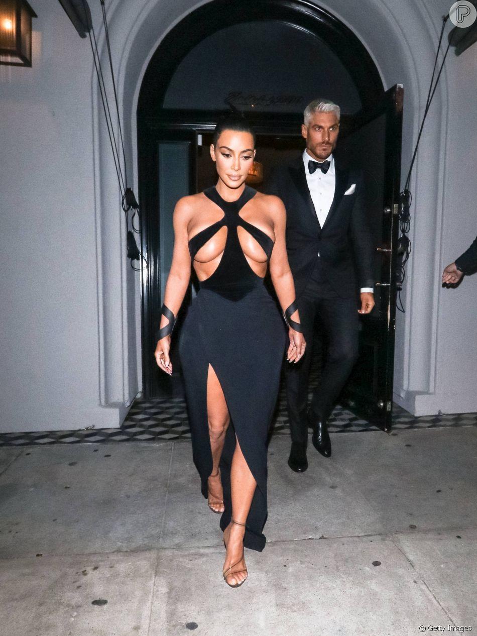 Kim Kardashian Usa Vestido Com Tiras Na Parte Dos Seios Em