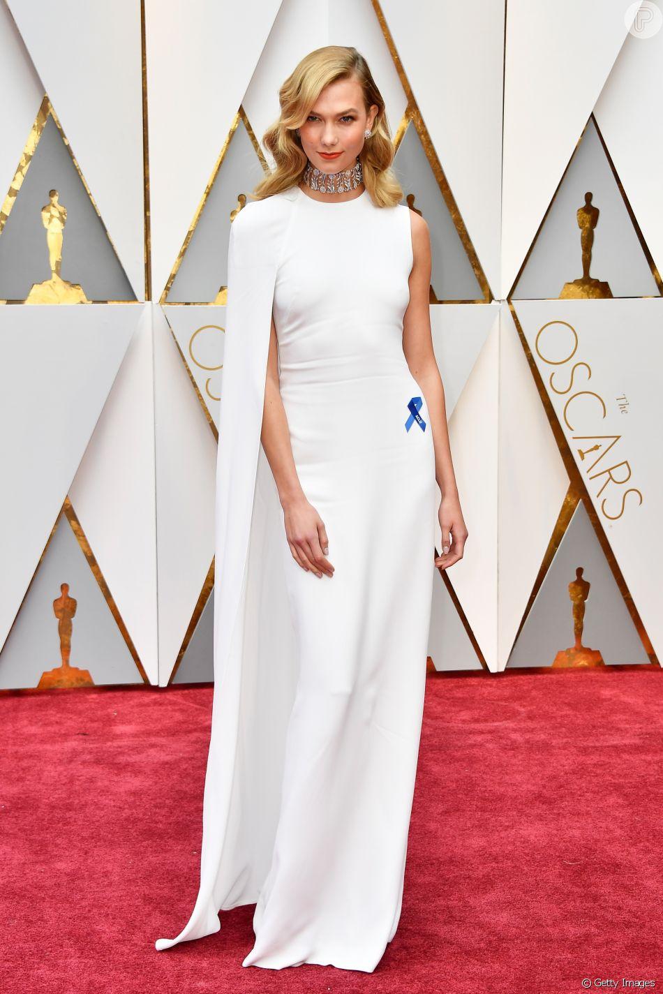 Karlie Kloss fez um protesto político na 89ª edição do Oscar, em 2017. A  modelo combinou a fita azul, um protesto contra o governo de Donald Trump,  ... b69a77a7d2