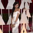 Zendaya Coleman foi bem clássica para a 87ª edição do Oscar, em 2015. A atriz e cantora apostou em um vestido perolado, tomara que caia, de Vivienne Westwood.