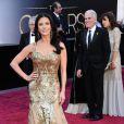 Catherine Zeta-Jones participou de um tributo aos musicais na 85ª edição do Oscar, em 2013. A atriz apostou em um vestido dourado, com MUITO brilho, da Zuhair Murad.