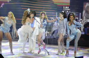 Cláudia Abreu beija Roberto Carlos em gravação de especial de fim de ano