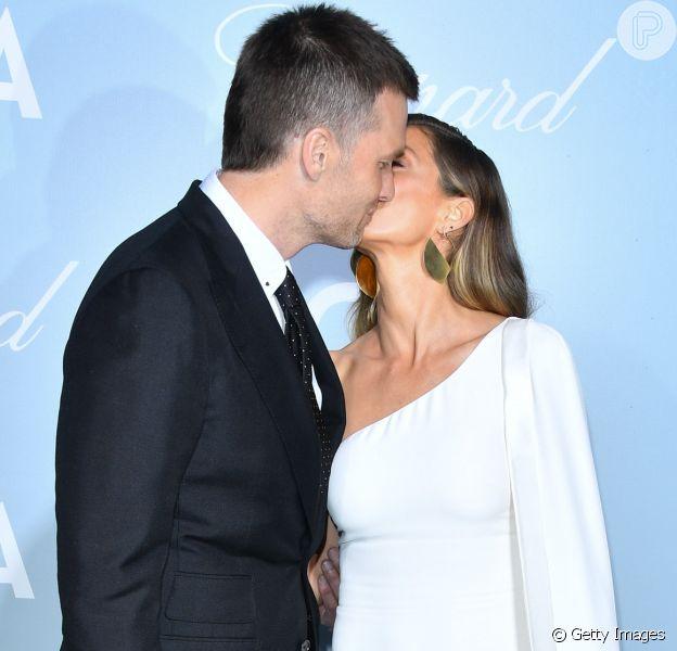 Gisele Bündchen brilha ao chegar a premiação ao lado do marido, Tom Brady, na quinta-feira, 21 de fevereiro de 2019, em Los Angeles, Califórnia. 'Ela é inspiradora para mim de muitas maneiras', declarou o jogador