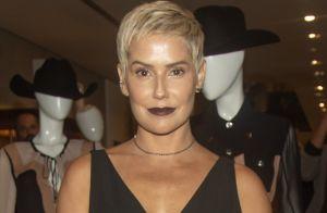 Styling all black e batom escuro: o look de Deborah Secco em lançamento de grife