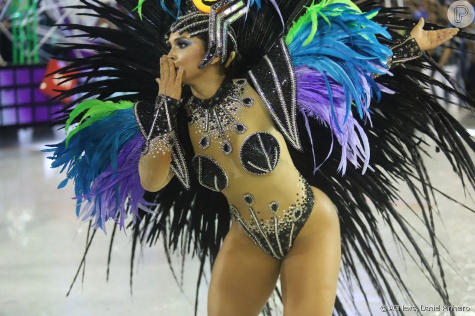 87fb41e86 Mileide Mihaile mandou beijos para o público em sua estreia na Grande Rio