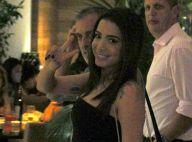 Anitta janta com amigos e posa com fãs na saída de restaurante no Rio de Janeiro