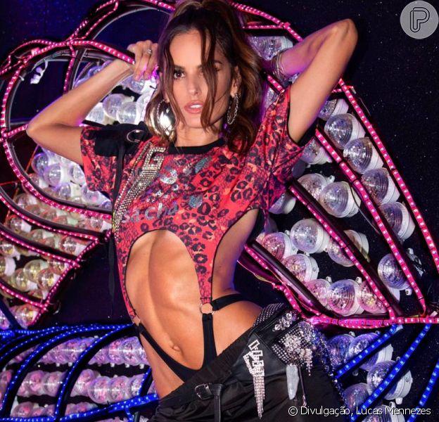 A tão comentada pochete de Izabel Goulart para curtir o Carnaval na Sapucaí em seu look street com styling de Thiago Biagi