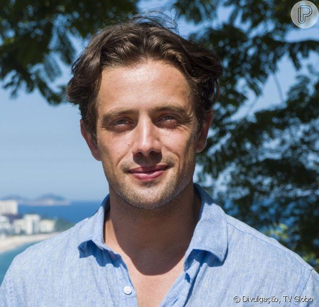 Daniel (Rafael Cardoso) para para Rosa Branca disposto a encontrar reencarnação de Júlia (Vitória Strada) na reta final da novela 'Espelho da Vida'
