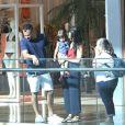 Malvino Salvador e Kyra Gracie se divertem em passeio em família