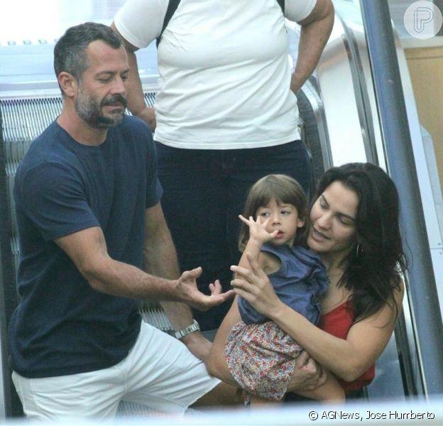 Malvino Salvador e Kyra Gracie fazem passeio em família no shopping Village Mall, no Rio de Janeiro, em 17 de fevereiro de 2017