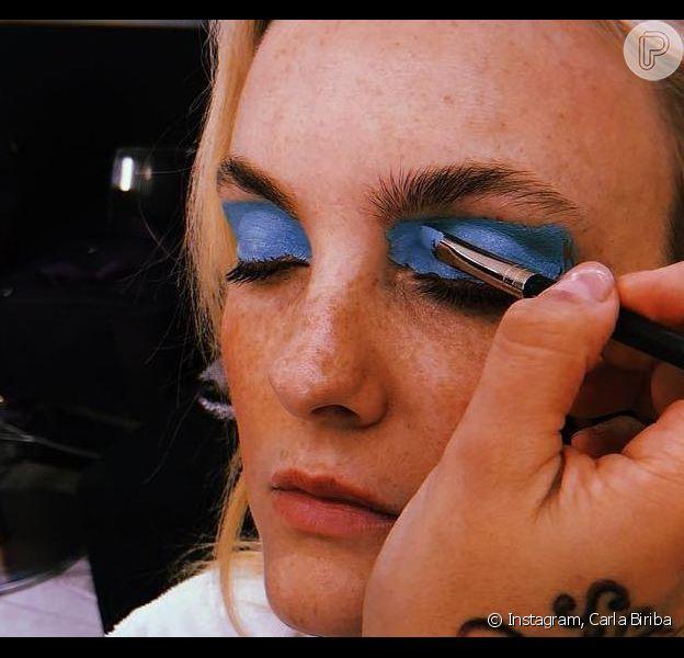 Maquiagem com cores fortes como forma de expressão, makeup artist Carla Biriba fala sobre pele fresh, glow, cores vibrantes e liberdade de criar