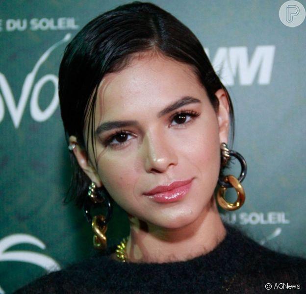 Bruna Marquezine escolheu wet hair e argolas para evento no Rio