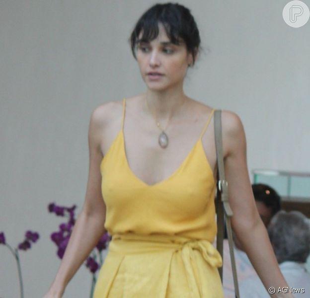Débora Nascimento usou look todo amarelo em dia de compras no Rio de Janeiro nesta segunda-feira, 25 de março de 2019