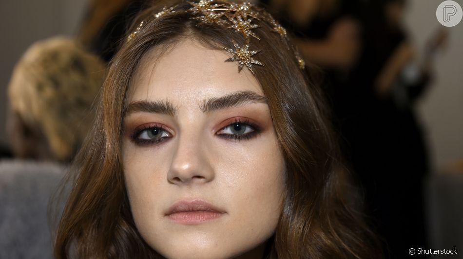 Maquiagem pode ser turbinada com sombra cremosas em tons mais escuros para um look mais noite