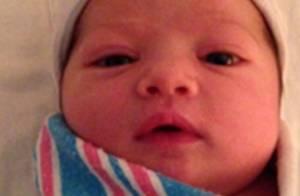 Ashton Kutcher divulga foto da filha com Mila Kunis ao brincar com fãs em site