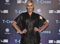 Estilosa! Deborah Secco alia vestido estilo jaqueta bomber com bota de R$ 6 mil
