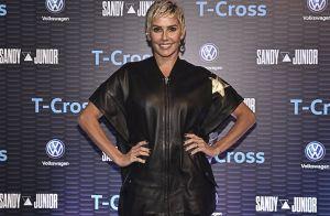 7fe990d532 Estilosa! Deborah Secco alia vestido estilo jaqueta bomber com bota de R  6  mil