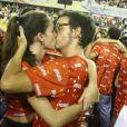 Wagner Santisteban e Mariana Molina trocam beijos apaixonados