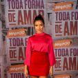 Gabriella Mustafa é Nanda em 'Malhação - Toda Forma de Amar'. A atriz escolheu o color blocking para o look com blusa pink, saia vermelha e sandálias em tom de verde