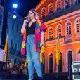 Marília Mendonça elegeu um quimono com cores vibrantes que é trend