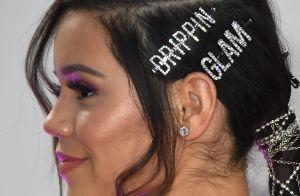 As presilhas no cabelo estão de volta com muito brilho, coloridas e mais glam!