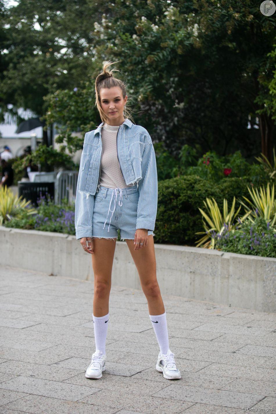 No outono e no inverno, as meias podem aparecer de forma proposital nos looks