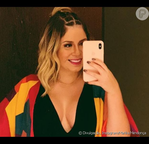 Marilia Mendonça valoriza nova silhueta com look decotado neste domingo, dia 14 de abril de 2019