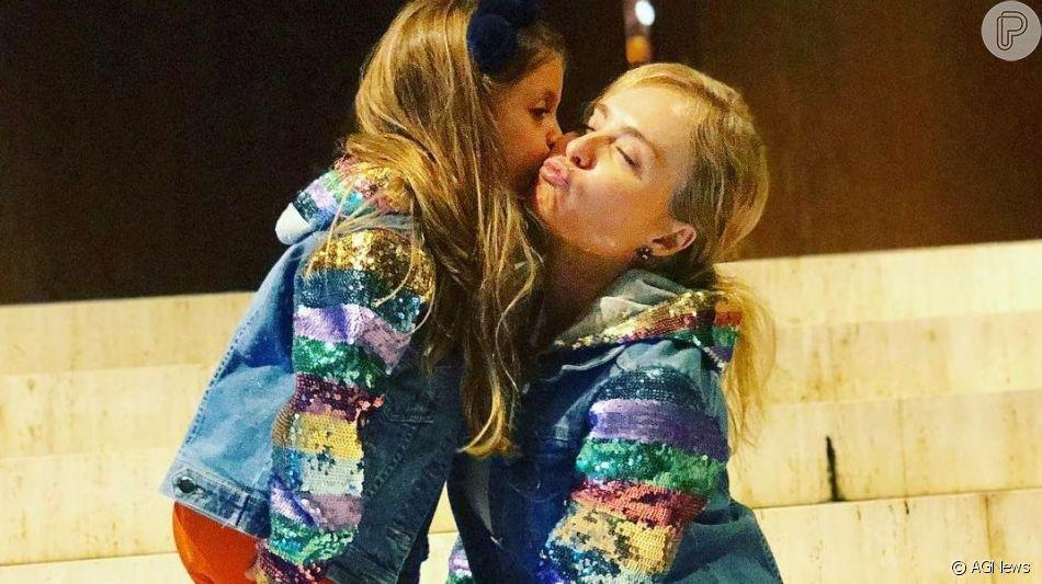 Angélica foi clicada pelo marido, Luciano Huck, com a filha, Eva, durante visita a museu dos EUA e se declarou: 'Meus amores'