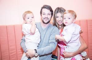 Gêmeos de Marcelo Serrado desfilam com a mãe em evento de moda infantil, no RJ