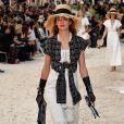 Todo o glamour das luvas em um look preto e branco com tweed no desfile de outono-inverno da Chanel 2018