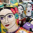 Objetos com ilustrações da pintora mexicana Frida Kahlo são uma ótima opção para presentear a sua mãe e levar um pouco de arte para a vida dela