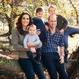 Para comemorar o natal de 2018, a família real divulgou mais uma foto do clã de William e Kate Middleton reunido. Todos aparecem descontraídos no clique. Charlotte inovou na pose e sorriu sem mostrar os dentes. A menina ainda reutilizou um casaco do irmão mais velho, Príncipe George.