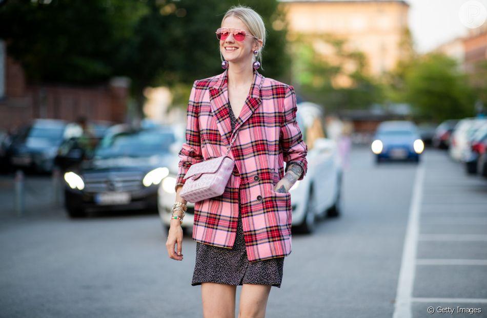 Xadrez é trend! Aposte no blazer quadriculado com saia para um visual moderninho e despojado